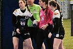 Házenkářky Písku (v černém) zakončí letošní sezonu v Hodoníně, který doma ve 3. kole play out MOL ligy porazily 35:25.to: Jan Škrle