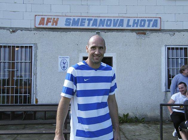 Jan Koller již skončil s profesionálním fotbalem, nyní hraje přebor Písecka za tým Smetanova Lhoty. Na zápasy z Monaka cestuje letadlem.