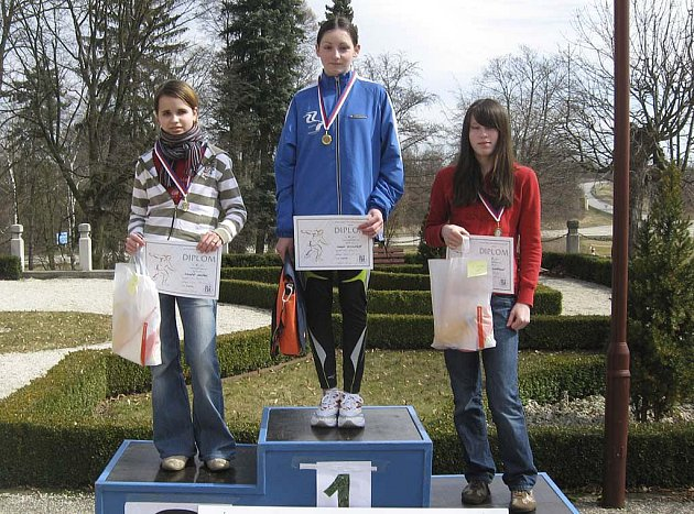 Na snímku jsou chyšecké starší žákyně: druhá v běhu na 1000 metrů Markéta Jakešová (vlevo) a třetí Veronika Vostřáková, uprostřed je vítězná Winklerová se Sokola České Budějovice.