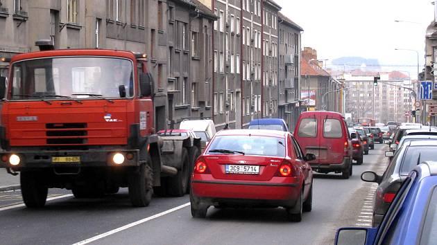 Kollárova ulice v Písku je dlouhodobě zatěžována nadměrným provozem. Lidé volají po změně a zákazu používat tuto ulici jako tranzit městem pro těžkou kamionovou dopravu i linkové autobusy.