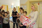 Žáci z Tylovky předali dárky malým pacientům.