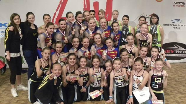 Na snímku jsou dívky klubu AC Sole Písek - skladby Superhrdinové, Zrcadlo a RockSoletky.