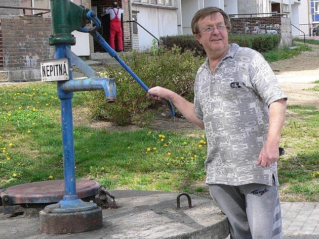 Na sídlišti Portyč je voda v městské studni nejen nepitná, ale nefunguje tu ani pumpa, takže si ti neumyjete ani ruce.
