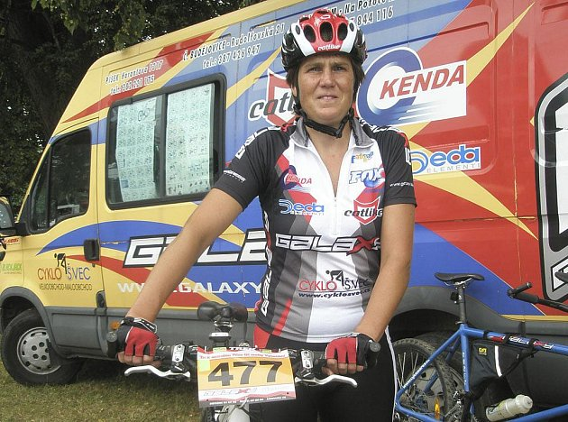 Jana Matlášková (na snímku) z týmu Galaxy CykloŠvec obsadila na Šumavském maratonu MTB v kategorii žen na trati dlouhé 84 km výborné třetí místo.