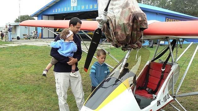 SETKÁNÍ NADŠENCŮ. Na letišti v Krašovicích si ultralehká letadla prohlíželi se zájmem také Roman Drha se synem Tadeášem a dcerou Berenikou.