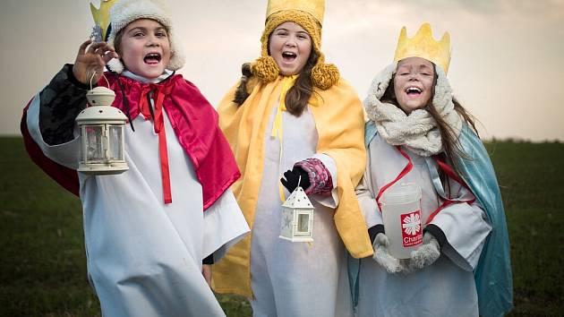 Tři králové letos do ulic nevyrazí. Přispět jim přesto můžete do kasiček nebo online.