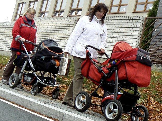 Nové chodníky v Albrechticích nad Vltavou (v délce cca 800 metrů) si pochvalují také maminky Marie Kaiferová (vpravo) a Karla Říhová.