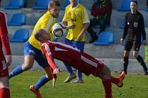 PÍSEK REMIZOVAL SE ZÁPY BEZ BRANEK. Hosté u Otavy získali bod navíc v penaltách. Domácí (ve žlutém) rozloučili s domácími fanoušky. Petr Řehák (vlevo) je v souboji s Janem Kalasem.