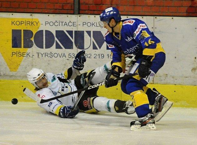 Písecký Heřman (na snímku vpravo ze zápasu s Kadaní) se ve středečním utkání 33. kola první ligy proti Třebíči střelecky neprosadil, hokejisté IHC Písek prohráli na svém ledě vysoko 0:6.