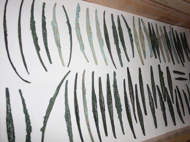 VÝSTAVA. Z pokladu nalezeného v Bernarticích jsou v kulturním středisku k vidění měděné hřivny.