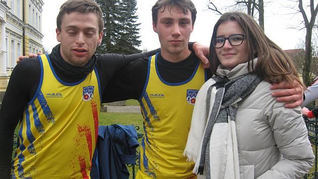 Chyšečtí atleti Ondřej Kohout (vlevo) a Patrik Bouška (uprostřed se svou přítelkyní).
