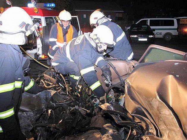 Profesionální hasiči z Písku museli mrtvého řidiče citroënu  z vraku vozu po srážce s nákladním automobilem doslova vystříhat.