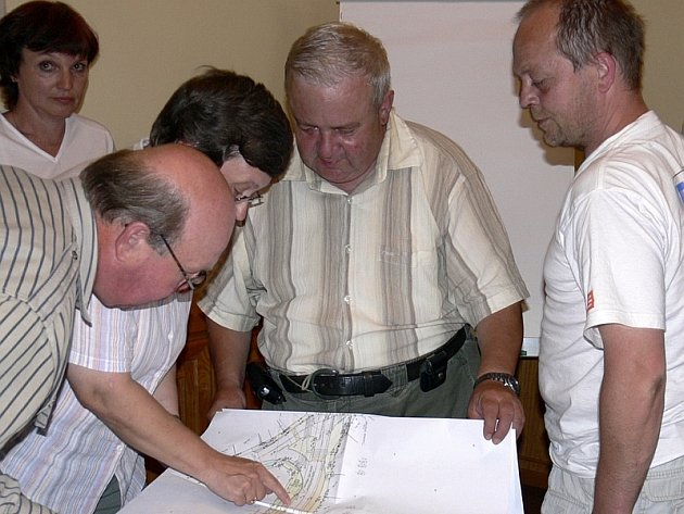 Jaro 2007: Zdeněk Herch (druhý zprava) z Městských služeb Písek, který  při rekonstrukci  Žižkovy ulice vykonává za investora stavební dozor, na veřejné besedě vysvětluje občanům nad plány postup prací.