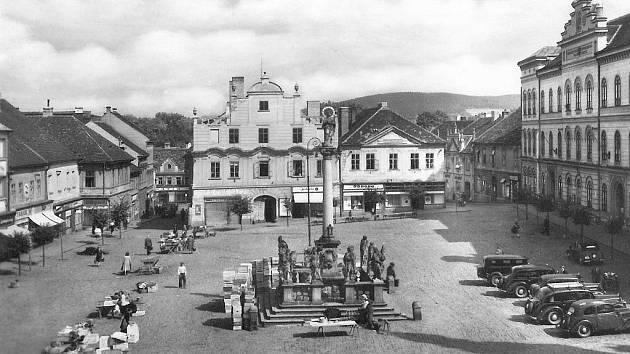 Snímek zachycuje Alšovo náměstí a budovu knihovny krátce po druhé světové válce.