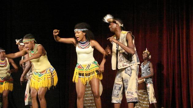 Vystoupení devítičlenné africké skupiny.