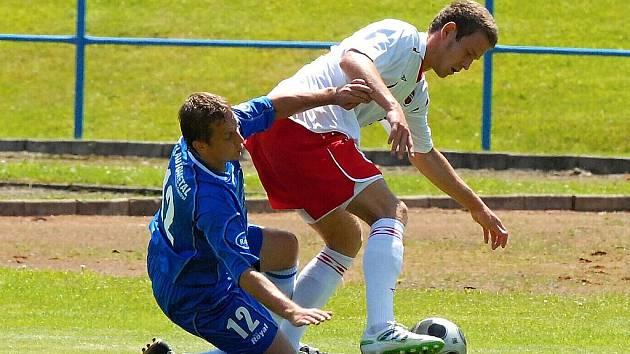 Václav Kosík (na snímku z utkání s FK Tábor vlevo) nastoupil proti Sedlčanům v základní sestavě.