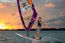 Freestylový reprezentant Dominik Kovařík z Protivína je na windsurfingovém prkně jako doma. Jeho cílem pro tuto sezonu je umístění v TOP desítce závodníků v letošním náročném seriálu Evropského poháru.