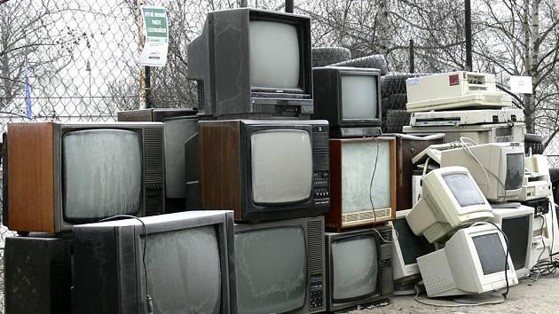 ELEKTRO VE SBĚRNÉM DVOŘE. Černobílé televize dnes lidé nechtějí už ani na chatu, a tak často končí jako nepotřebný odpad ve sběrně.