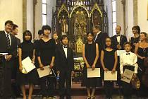 Orchestr Virtuosi di Praga s žáky Japonské houslové akademie. Vlevo na snímku starosta Písku Miroslav Sládek