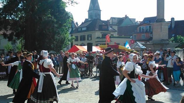 Na prostranství  poblíž  biskupské katedrály  Münster                  v Kostnici vystoupily  také  folklorní soubory.