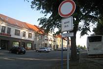 NA PRAVÉ STRANĚ nádraží zastavují autobusy, na levé jsou provozovny a rodinné domy