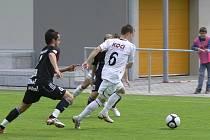 Domácí Tomáš Linhart (ve světlém) uniká Martinu Kučerovi v sobotním utkání třetí fotbalové liogy, ve kterém FC Písek zvítězil nad Viktorií Žižkov B 4:0.