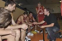 Trenér druholigových basketbalistů Sokola Písek Milan Matějka (na snímku) udílí svým svěřencům před každým zápasem taktické pokyny.
