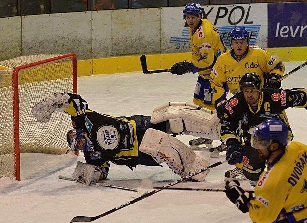 Snímkem se vracíme k minulému domácímu zápasu první ligy, ve kterém hokejisté Písku zvítězili nad Kadaní 2:1. Domácí hráči Dvořák, Všetečka a Slavík atakují branku zasahujícího Jariny, všemu přihlíží Skořepa.