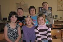 ODPOVÍDALI. Dívky zleva: Adéla Těhlová (5. třída), Klára Pixová (4. třída) a Monika Košatková (4. třída). Chlapci zleva: Luboš Mareš (4. třída),  Jan Ině (5. třída) a Ondřej Horák (4. třída)