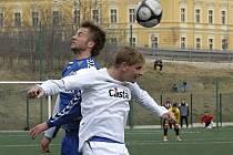 Na snímku ze zápasu České fotbalové ligy FC Písek - FC Slovan Liberec B (2:0) jsou v hlavičkovém souboji domácí Jan Zušťák (vpravo) a Pavel Bína.