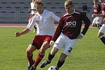 Hostující Pomije (vlevo) atakuje Kosobuda v utkání krajského fotbalového přeboru, ve kterém FC Písek B porazil tým FK Olympie Týn nad Vltavou 3:1.