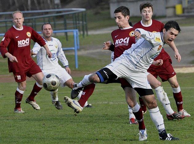 Snímkem se vracíme k utkání krajského fotbalového přeboru Milevsko - Písek B. Domácí Vakoč (ve světlém) bojuje o míč se Surovčíkem. V minulém kole vyhrála rezerva Písku doma nad Vodňany 4:0.