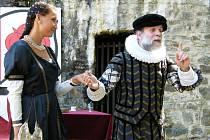 Představení jednoaktové veselohry Zvíkovský rarášek na hradě Zvíkov v podání členů Divadelního spolku Práceňská scéna v Písku.