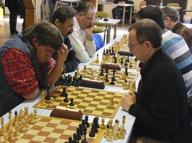 Béčko ŠACHklubu Písek prohrálo v utkání sedmého kola první divize v Sezimově Ústí  s místním Spartakem 3:5 a v tabulce soutěže je nyní třetí.