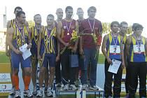 Na snímku z loňského mistrovství České republiky atletů do 22 let jsou tři nejlepší štafety v běhu na 4 x 100 metrů. Na stupni nejvyšším je štafeta Dukly Praha: vpravo vzadu je Lukáš Šťastný.