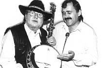 """Ivan Hofmann je na snímku je s Michalem Tučným. Jedná se o fotografii z jeho posledního vystoupení. """"Je to právě dvacet let, co Michal odešel do muzikantského nebe,"""" vzpomíná Ivan Hofmann."""