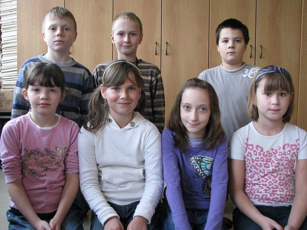 ODPOVÍDALI.  Chlapci zleva: David Janoušek (třída 5.B), Martin Čarek (5.B) a Matěj Přibyl (4.A) a dívky zleva: Aneta Samcová (3.A), Eliška Malcová (4.A), Anna Říhová (5.B) a Zuzana Neumannová (3.C)