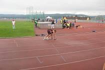Patrik Bouška v blocích na startu štafety 4x400 m.