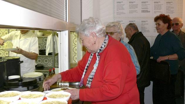 Až sedm stovek obědů připraví denně pro písecké seniory ve Stravovacím a společenském středisku.