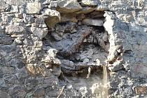Z hradeb u Putimské brány vypadly v pátek 26. srpna kameny. Může za to kořenový systém.