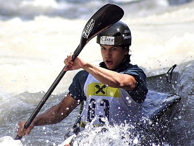 Juniorský reprezentant  Matěj Kropáček (Sokol Písek) na trati dlouhého sjezdového závodu na rozvodněné řece Saalach v rakouském Loferu.