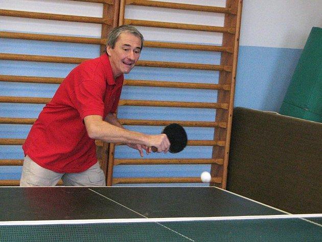 Lachman v zápase Vánočního turnaje ve stolním tenisu o putovní vázu obce Čížová, v němž jasně porazil svého syna.