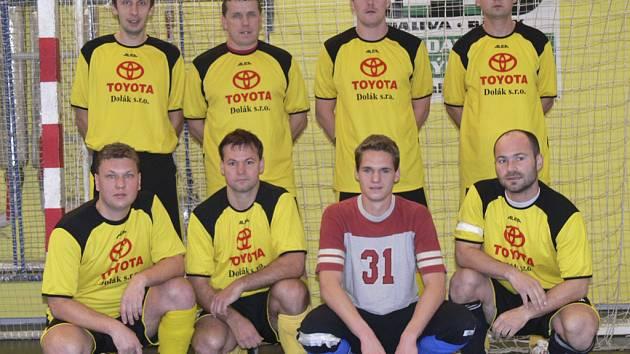 Na snímku představujeme účastníka okresního přeboru ve futsalu-FIFA, mužstvo FC Davis. Na fotografii jsou hráči: Vlášek, M. Maroušek, Mil. Houdek, Václavík, J. Maroušek, Plaček, Lepič a Kotalík.