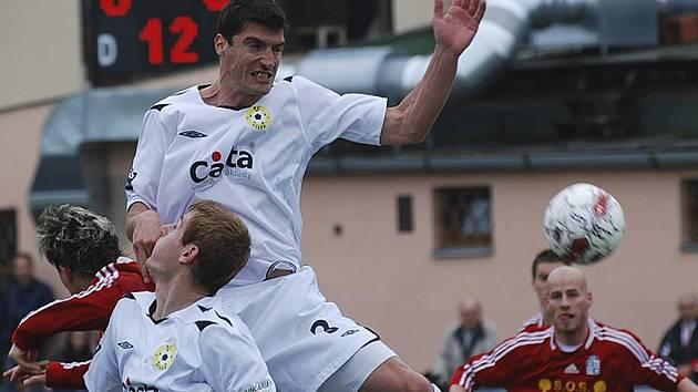 Na Vyšehradě kraloval ve vzduchu písecký David Kubiš (ve výskoku), kterého ještě jistí Ondřej Kosobud. V utkání třetí fotbalové ligy remizoval Vyšehrad s Pískem 0:0.
