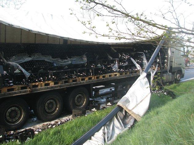 Nehoda kamionu s pivem.