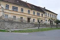 Budova bývalé školy na návsi v Myšenci není v dobrém stavu a zasloužila by si důkladnou rekonstrukci.
