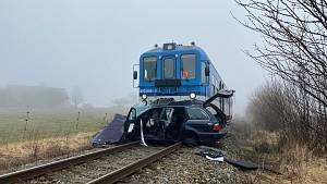 Střet vlaku a osobního auta u obce Branice na Písecku.
