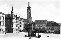 Historická fotografie Grégrova, nyní Alšova náměstí, v jehož středu je mariánské sousoší.