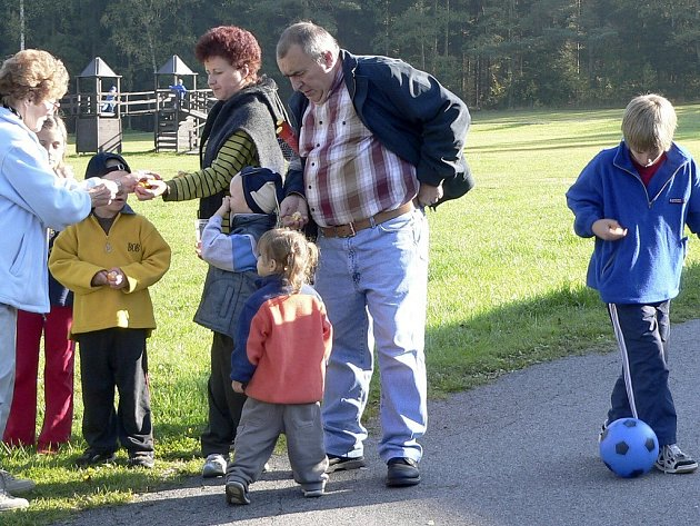 SETKÁNÍ. V rekreačním středisku u Albrechtic nad Vltavou měly děti dost prostoru ke hrám. Na snímku skupinka dětí s dobrovolníky.