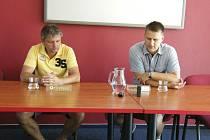 Zápas fotbalové divize FC Písek – SK SENCO Doubravka (5:0) hodnotili trenéři obou mužstev: domácí Karel Musil (vlevo) a hostující Roman Vyleta.